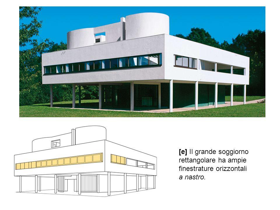 [e] Il grande soggiorno rettangolare ha ampie finestrature orizzontali